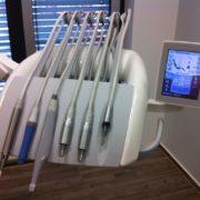 Die Geräte am Behandlungsstuhl inklusive einer eingebauten Intraoralkamera und der Touchscreen-Steuerung für den Zahnarzt.